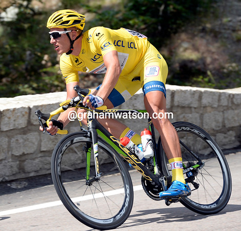 Marcel Kittel descends a few more minutes later - his spell in yellow is done..!