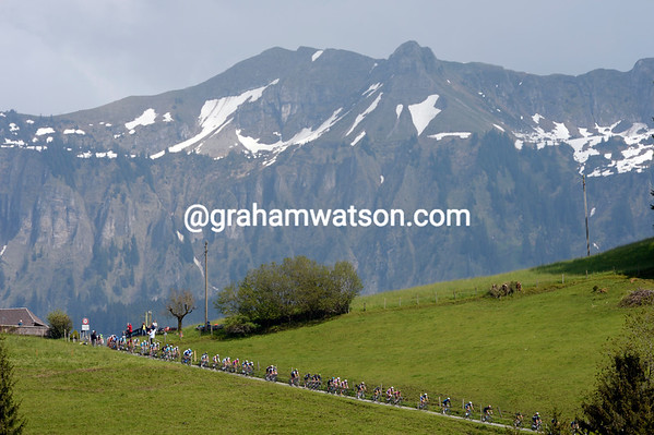 What goes up goes down too - the peloton tackles a spectacular 18-percent descent..!
