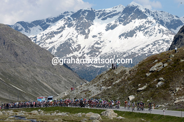 The peloton is almost at the summit of the Julier Pass, the last mountain of this mountainous Tour de Suisse..!