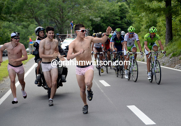 Three other Sagan fans take their turn at running alongside the peloton...