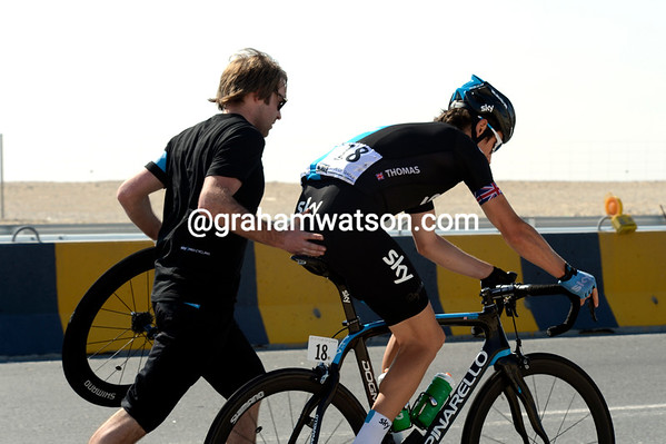 Geraint Thomas makes a wheel-change after a flat tyre...