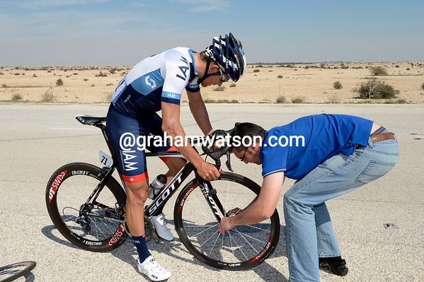 Heinrich Haussler gets a wheel change from a mechanic struggling with the forks...