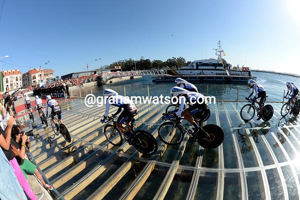 The Net App team start their first-ever Vuelta on the pontoon at Vilargarcia de Arousa...