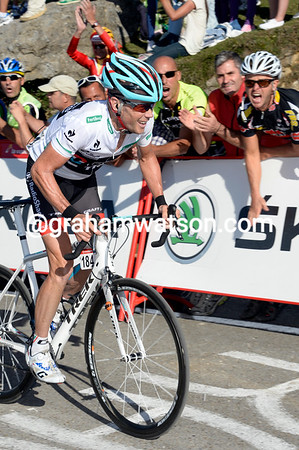 Horner sprints to the finish with 150-metres to go - can he take the red jersey..?