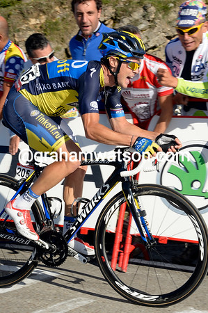 Roche is all-out as he nears the finish, he'll catch Nibali on the line..!