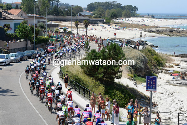 Life is not on a beach for the Vuelta peloton as it tracks the escape, now ten minutes in front...