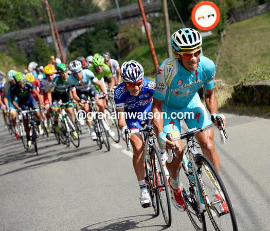 Tiralongo and Elissonde attack from the escape on the penultimate ascent of the Alto del Cordal...