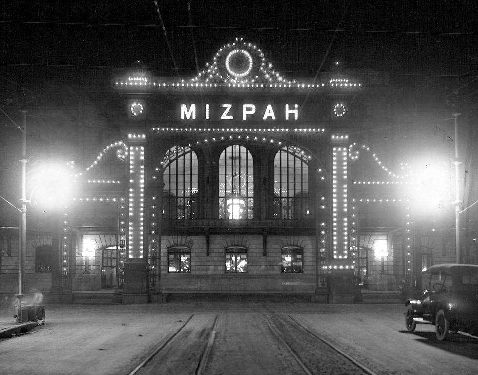 . The Union Station Welcome Arch, Mizpah, at night during the summer of 1925. The arch was demolished In 1931. (The Denver Post Library Archive)