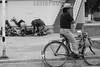 Mexico - San Mateo Macuilxochitl - Oaxaca : En esta comunidad Zapoteca conservan la tradición que cada dia 3 de Mayo , la comunidad sube al cerro para hacer cantos y bailes celebrando el dia de la Santa Cruz y pidiendo a los dioses por una buena temporada de lluvia y cosecha / Mexiko : Strassenszene in  San Mateo Macuilxochitl - Mann auf einem Fahrrad © Carlo Echegoyen/LATINPHOTO.org (B/W)