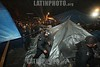 Mexico - Oaxaca 10 de mayo de 2015 Elementos de las policías estatal y municipal de la ciudad de Oaxaca de Juárez, recuperaron la madrugada de este domingo los espacios invadidos por comerciantes ambulantes en el Zócalo y Alameda de León. Tras 11 meses de cobijarse con el plantón magisterial, la policía estatal desalojo a vendedores ambulantes del zócalo y Alameda de Oaxaca sin que hubiera mucha resistencia. Cientos de productos tirados en el suelo fueron recogidos por los vendedores mientras veian com se perdian muchas de sus cosas / Mexiko : Polizeieinheiten räumen am 10. Mai 2015 in Oaxaca  von Lehrern besetzte Marktstände © Jorge Luis Plata/LATINPHOTO.org