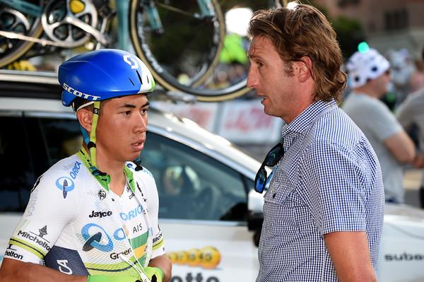 Caleb Ewan gets some last-minute advice from Matthew White…