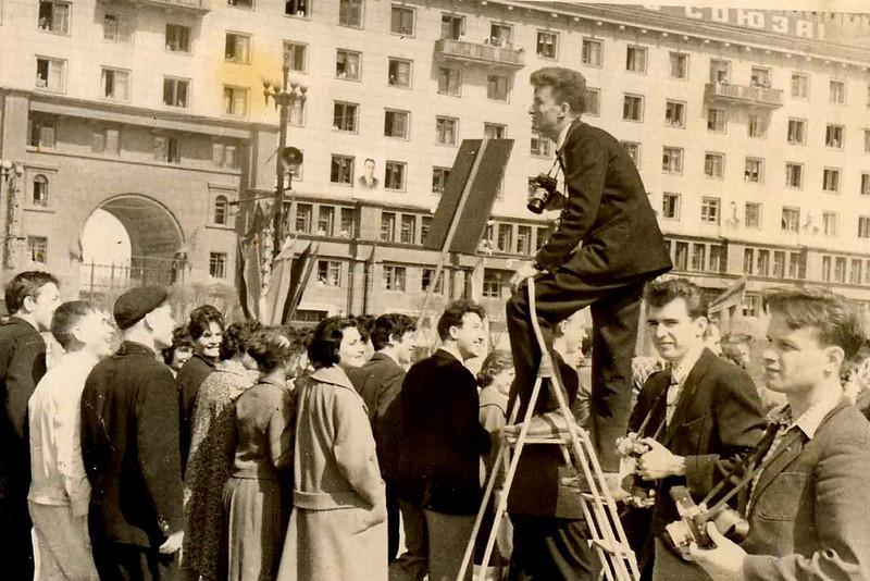 Во время съёмки первомайского праздника.Начало 60х годов.На стремянке-Л.Пикус. Крайний справа-Е.Ткаченко.