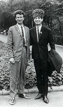 ВСТРЕЧИ ПО ЖИЗНИ... Л.Пикус во время совместной прогулки по Челябинску с Народным артистом СССР  Махмудом Эссамбаевым.   Начало 60 годов…