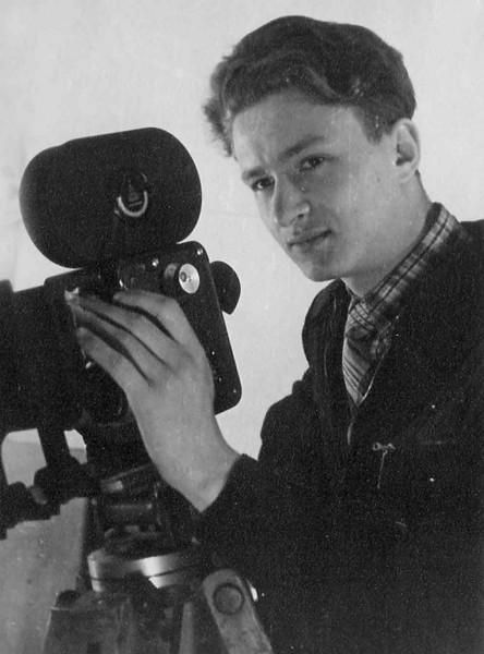 В руках Леонида -знаменитая АК-16 ,мечта многих телестудий и кинолюбителей страны.1959г
