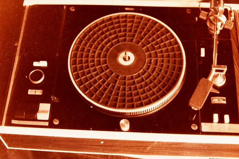 Над этим проигрывателем я работал в начале 60х почти целый год….  Некоторые узлы спроектированы и изготовлены мною *на зависть *заводам – изготовителям подобной техники в СССР… Прецизионный диск был изготовлен на спец.заводе из латуни и весил более 10 кг. Но особой моей гордостью было автоматическое управление тонармом…