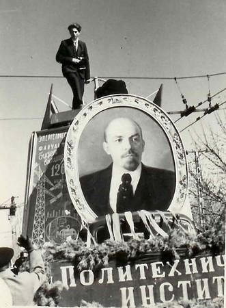 Быть в те годы ВЫШЕ самого Ленина -дело рискованное...