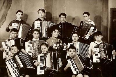 Последний выпуск класса аккордеонистов .В центре преподаватель Ида Пикус.Город Черновцы.Украина.1967 год.