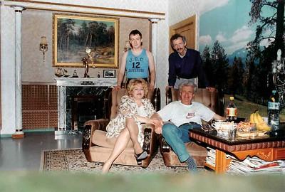 Братья Леонид и Александр ,его жена Татьяна и их сын Григорий Пикус. За месяц до отъезда Леонида в Америку. 2000 год.