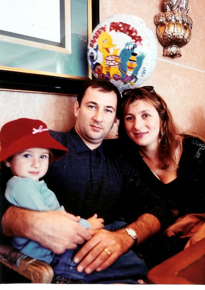 ДЕВУШКА В КРАСНОЙ ШЛЯПЕ.     Danielle Emma на руках у папы Кости и мамы Светы. San Diego.