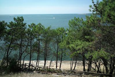Vue sur le bassin d'Arcachon.  L'après-midi nous partons vers la dune du Pyla.  Laurent se gare sur une dune entre Arcachon et la fameuse dune.  Nous descendons sur ce ponton en bois.