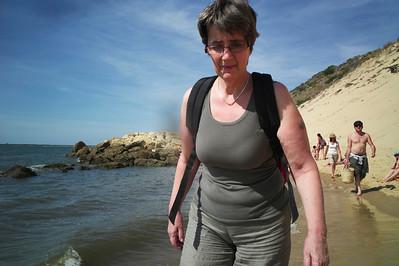 Catou et moi marchons pieds nus dans l'eau.