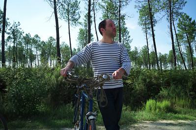 Laurent avec sur sa bicyclette la corde avec laquelle il avait tenu Swing en laisse.  Mais dans ce pays il vaut mieux que le chien puisse courir.  Swing a vu un renard et a couru après.  Mais ce dernier était plus futé que lui.