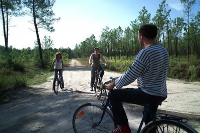 Catou sur son nouveau vélo.  Elle vient de l'acheter.  Il est super.