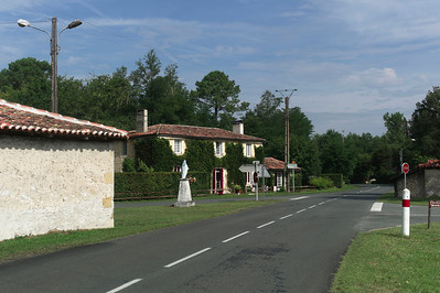 Origné.  La route traverse le village.  Je pars vers la droite.