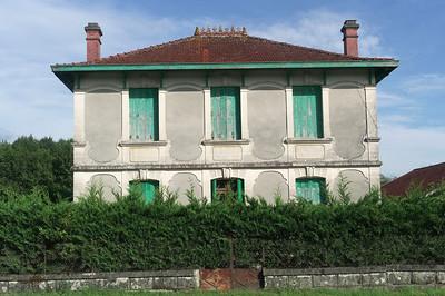 Pendant que Catou, Véro et Laurent achètent du boudin noire je photographie cette maison qui se trouve en face de l'église de Louchats.