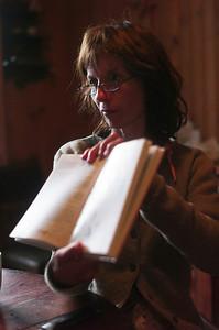 Mercredi 31/08/2011.  Véronique nous montre un dessin dans un livre.