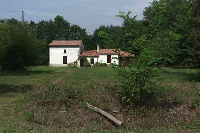 Le long de la petite route je découvre cette maison à l'abandon.