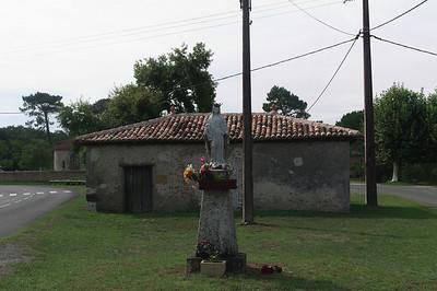 En retournant vers le village j'en profite pour photographier la Vierge.