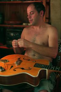 Arrivé à la maison Laurent change les cordes de sa guitare.