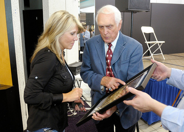 Carl tells Kim Wishall more about a photo she purchased during the auction.
