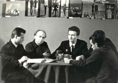 Прямая трансляция передачи с Выставки ИНТЕРПРЕССФОТО. Слева направо сидят: врач Г.Шнякин,  инженер Вл.Белковский , ведущий-Л.Пикус ,  журналист Е.Ткаченко.
