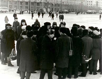 Л.Пикус проводит подготовку к телешоу на Площади Революции.