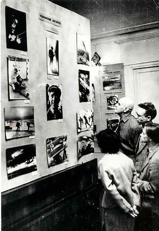 Первые заседания челябинского фотоклуба. Слева сидят Л.Пикус , инженер Юрий Теуш -один из самых известных спортивных фотожурналистов Страны. Справа-замечательный театральный фотограф Виктор Шаталов  и Олег Киреев.
