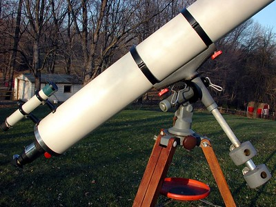 """6 inch refractor showing what I believe is original Jaegers finderscope. Note green finder objective housing. The focuser is all Jaegers and original with chrome brass draw tube and red """"Bakelite"""" focusing knobs.  This scope really has a lot of color!!"""