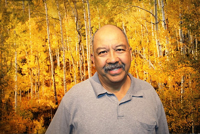 Leonid Pikus    ИЗВЕСТНЫЙ калифорнийский  фотохудожник Chai  на фоне своей ЗОЛОТОЙ ОСЕНИ.