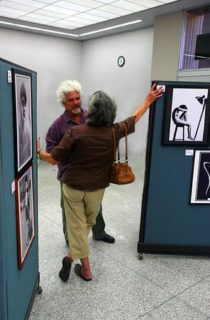 ЗНАКОМСТВО НА ВЫСТАВКЕ.(Персональная фотовыставка Л.Пикуса в Здании Администрации города San Diego.)