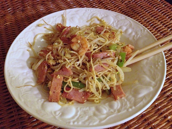 My first attempt at making Singapore noodles wasn't too bad. Next time I'll put more curry, salt and oil.