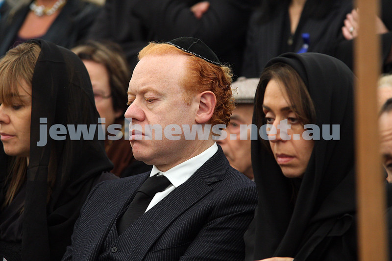 Funeral of Richaed Pratt at Lyndhurst cemetery. April 30, 2009. From left: Fiona, Anthony, Heolise. photo: peter haskin
