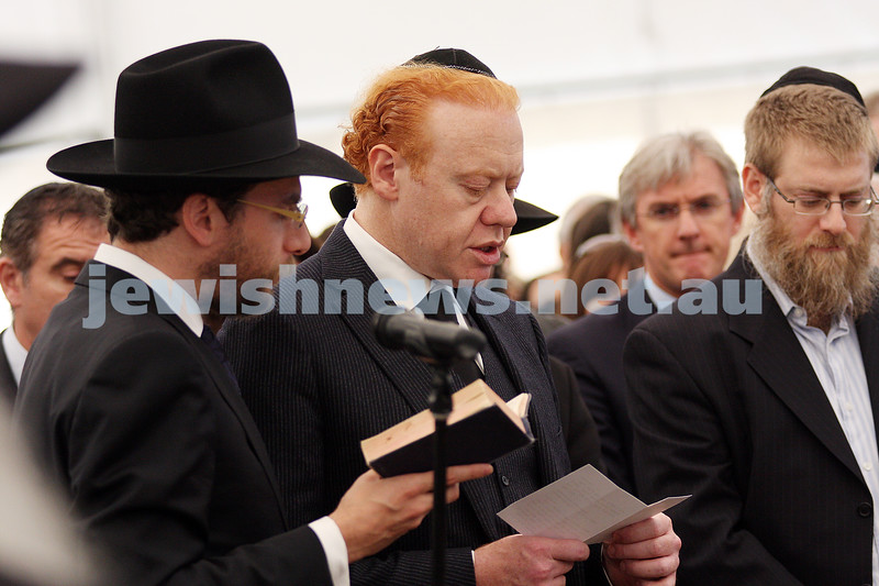 Funeral of Richaed Pratt at Lyndhurst cemetery. April 30, 2009. Anthony Pratt saying kaddish. photo: peter haskin