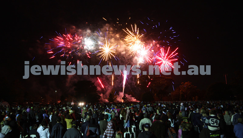 13/12/09. Chanukah in the Park. A huge crowd at Caulfield Park watches the fireworks display.  Photo: Peter Haskin