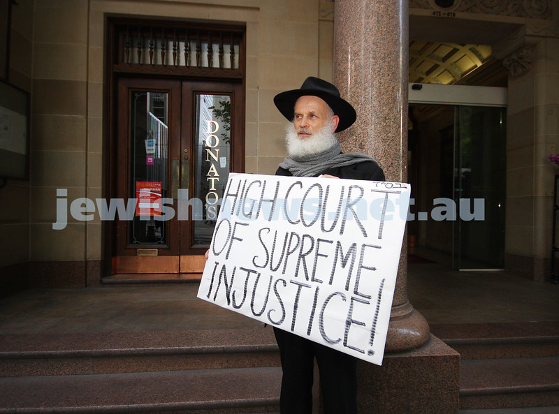 2/11/09. Moshe Elkman protesting the visit of Justice Eliezer Rivlin, Vice-President of the Supreme Court of Israel outside the Monash University Law Chambers in Burke St. photo: peter haskin