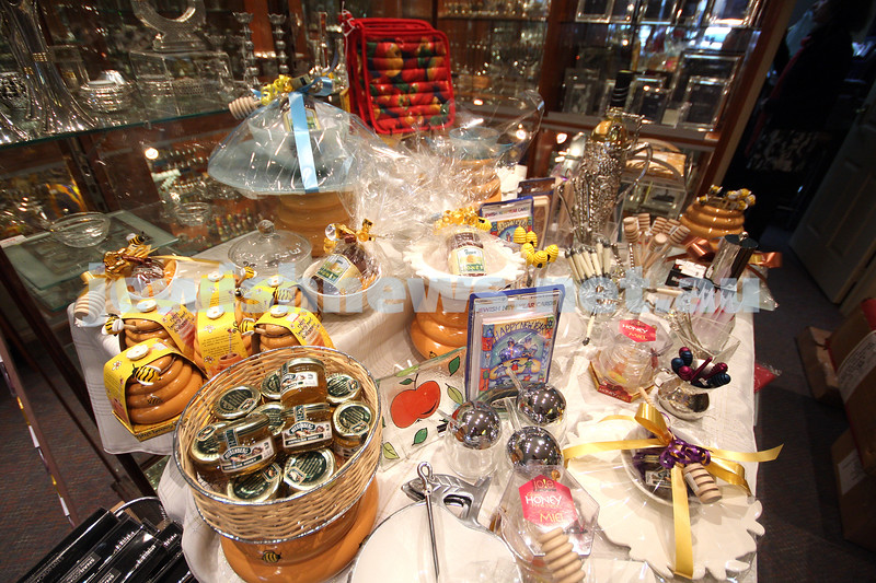 8/9/09. Antique Silver Co. Carlisle Street. Preparing for Rosh Hashanah. photo: peter haskin
