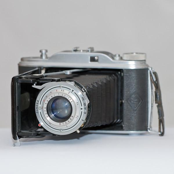 De camera waarmee ik mijn eerste foto's heb gemaakt. Een Agfa Record balg camera voor 120 film. Negatieven van 6x9cm. Alles handmatig: scherpstellen (afstand schatten), diafragma en sluitertijd.
