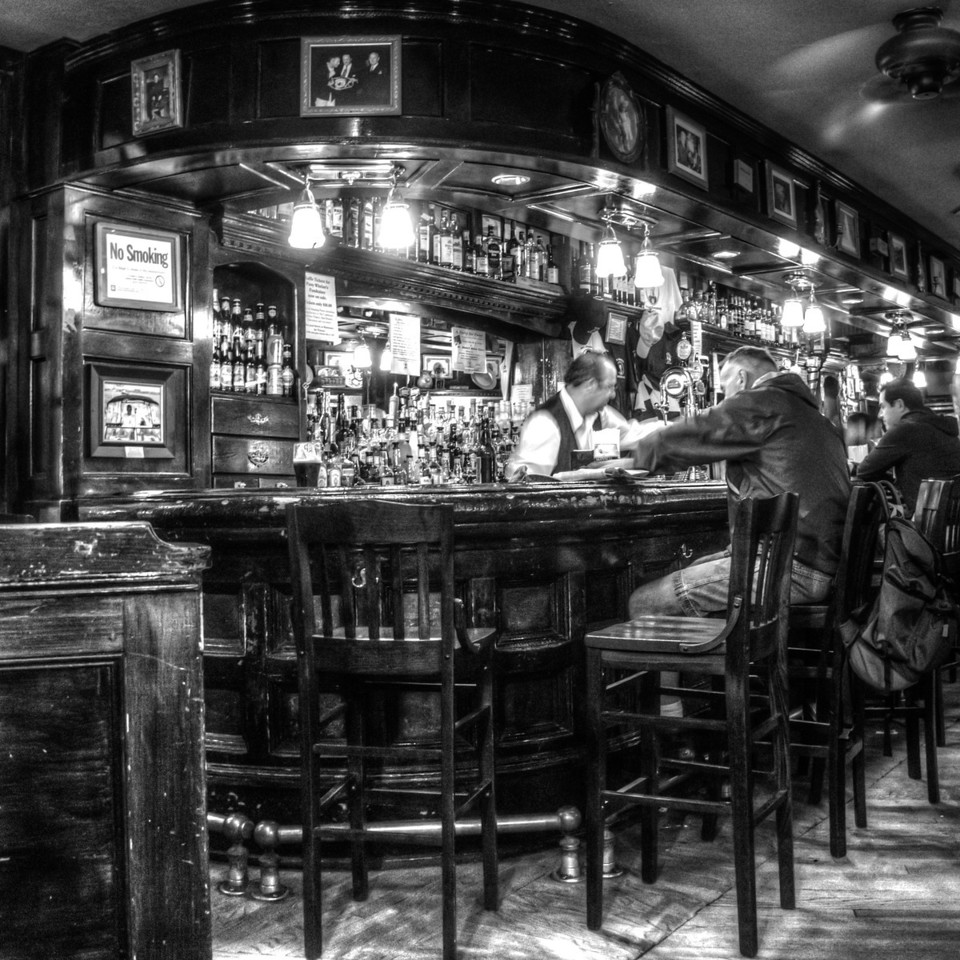 This bar was beautiful..and served some nice beers too!