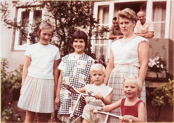 Christel, Thomas, Mutti, ich mit Friederike in Ricklingen 1964