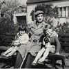 Wir beide, Christel und ich, mit Vater zu Ostern in Ricklingen (mit Osterkörbchen) 1958